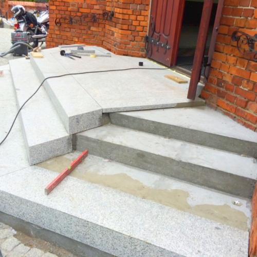 Nowe granitowe schody w kościele w Złotorii - 2015