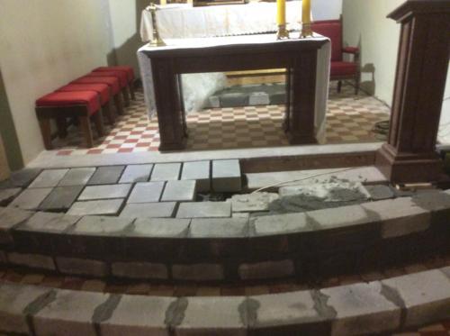 Nowa posadzka marmurowa w prezbiterium - 2015